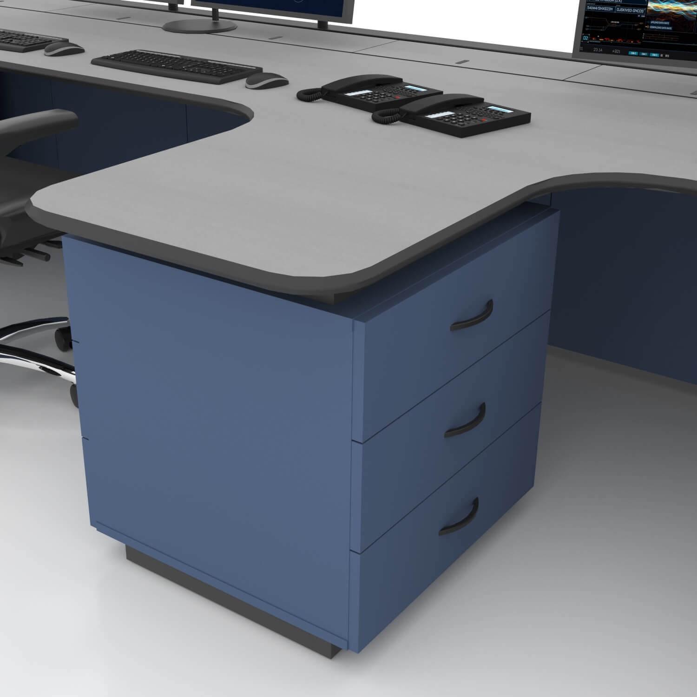 Рабочее место диспетчера обладает разделительной тумбой с выдвижными ящиками